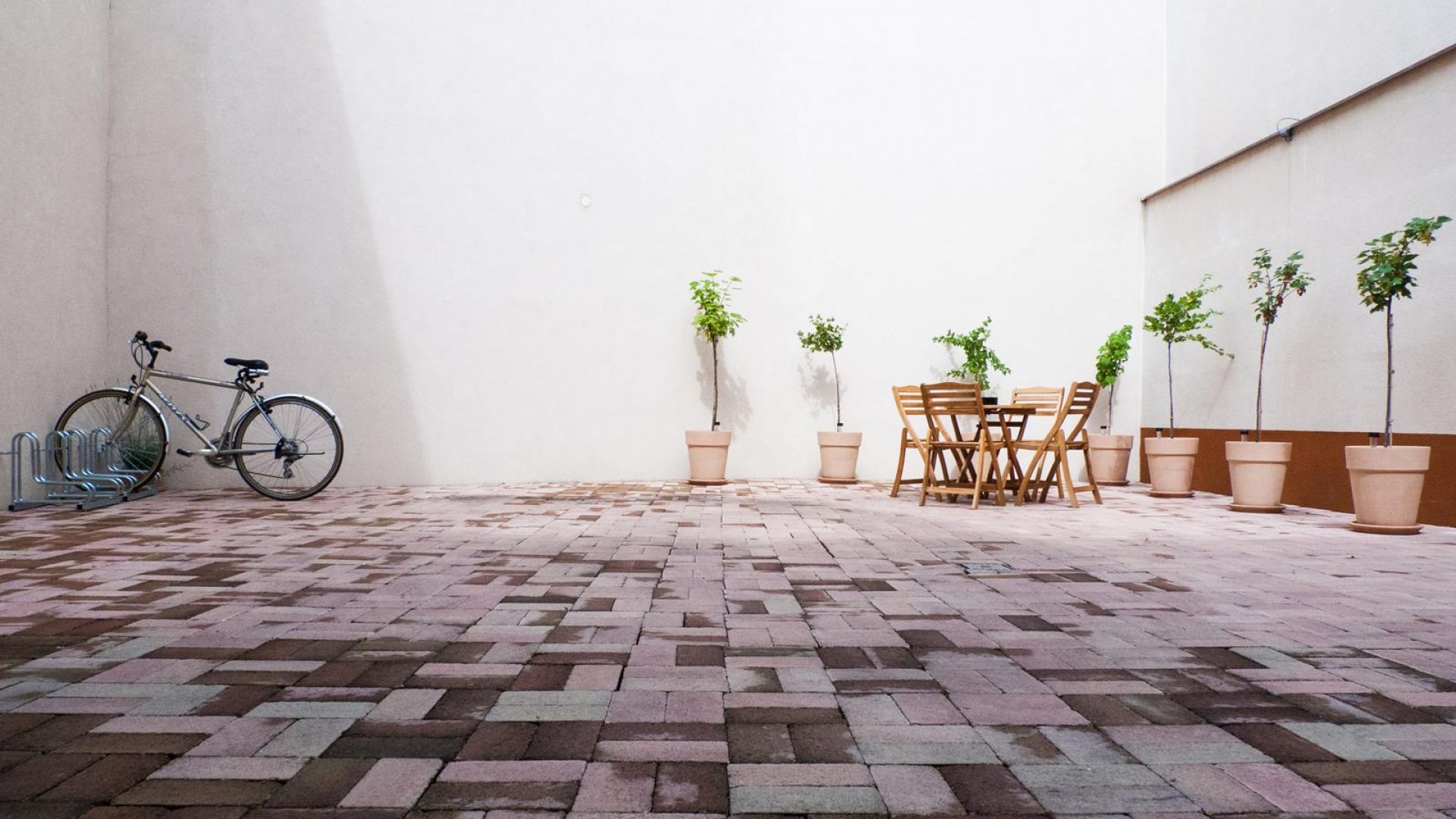 Terasa & Parkovisko pre bicykle a motorky.